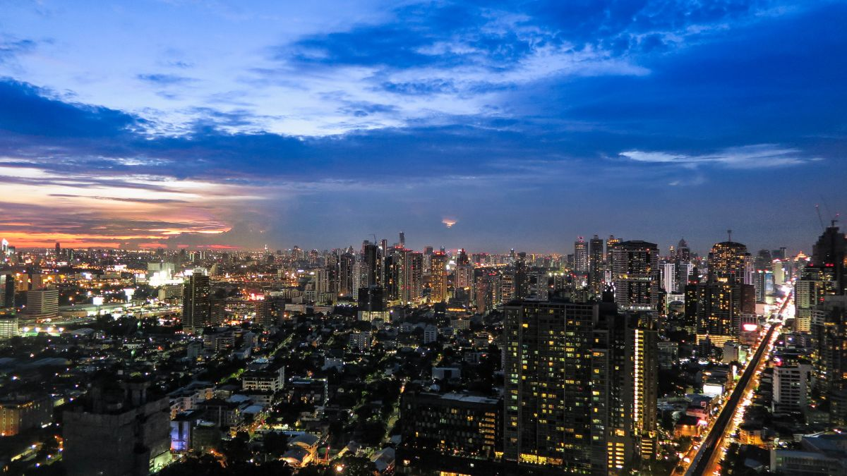 Nadia El Ferdaoussi the daily self Travel Blogger and Writer Thailand Bangkok Marriott Octave view sunset