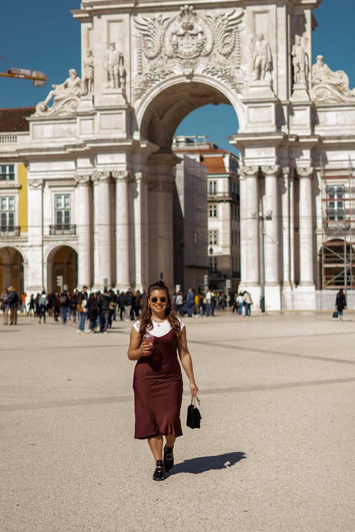 Travel blogger Nadia El Ferdaoussi, Lisbon arch sqaure